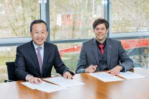 Unterzeichnung des Letter of Intent: Seh-Woong Jeong (l.), Executive Vice President Samsung SDI, und Dr. Hartung Wilstermann, Executive Vice President E-Solutions & Services bei Webasto. (Foto: Webasto)
