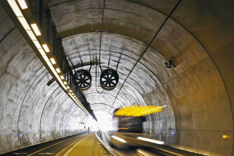 Bus driving in Tunnel de la Croix-Rousse, a new tunnel for public transports, cyclist and pedestrians in Lyon, France. | Bild: Fotolia/sanderstock