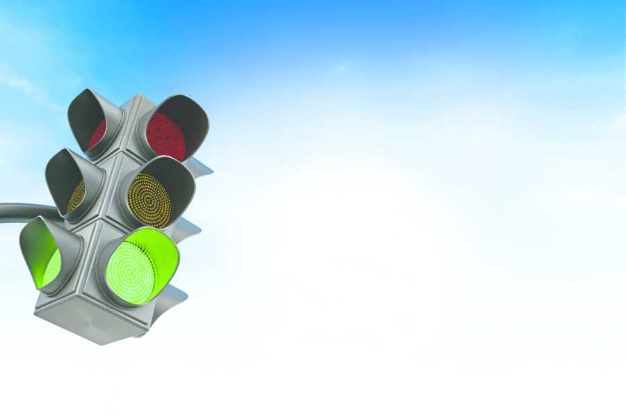 Green traffic light against blue sky. Bild: AdobeStock/Destina