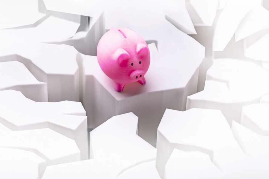 Elevated View Of Pink Piggybank On Cracked White Surface Bild: AdobeStock / AndreyPopov