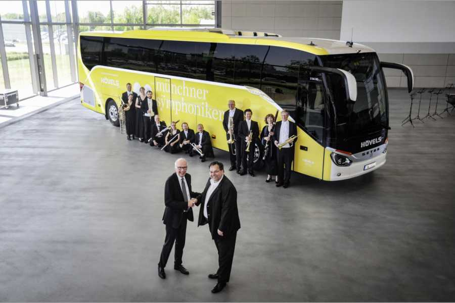 Ulrich Bastert, Leiter Marketing, Sales und Customer Services Daimler Buses (links vorne) übergibt den S 516 HD an Nicolaj Eberlein, Geschäftsführer der oberbayerischen Hövels GmbH & Co. KG. (Foto: Daimler AG)