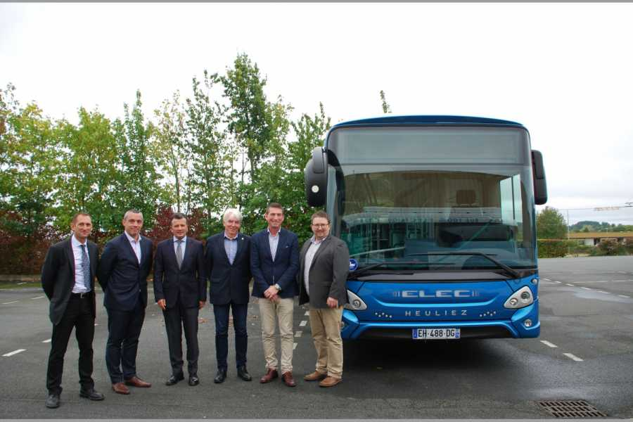 Vertrag besiegelt (v.l.): Eric Castellani, Ludovic Balandreau, Remy Foyer (alle Heuliez Bus), Jan-Helge Sandvag, Technical Director von Tide Buss AS, Dagfinn Heitmann, Area Manager Bus NO/SE/FI bei Iveco Norge AS und Torbjorn Lundebrekke, Tender Specialist Bus bei Iveco Norge AS. (Foto: Heuliez)