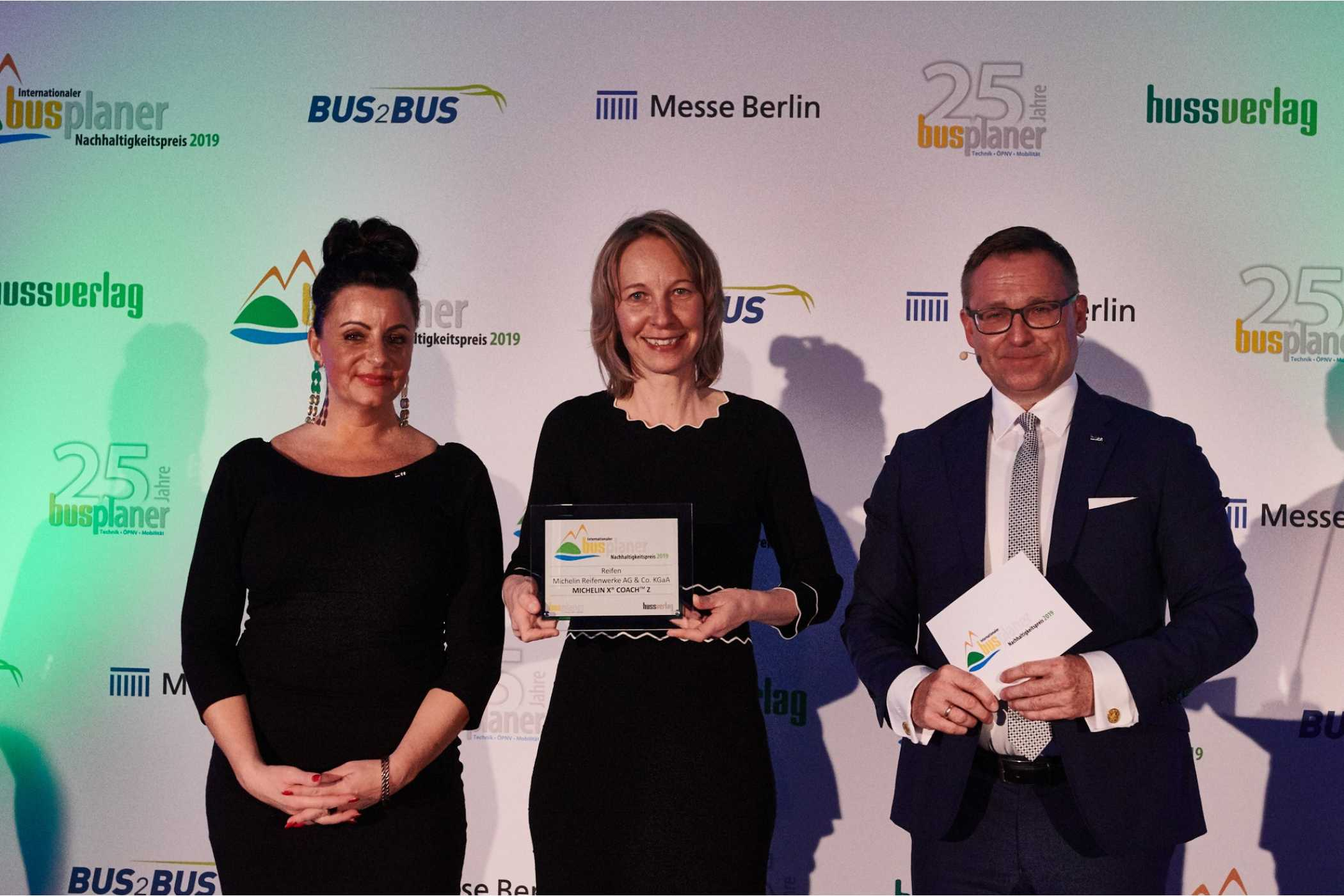 Die Leiterin Operatives Marketing, Simone Loosemann, mit dem Award in der Kategorie Reifen.
