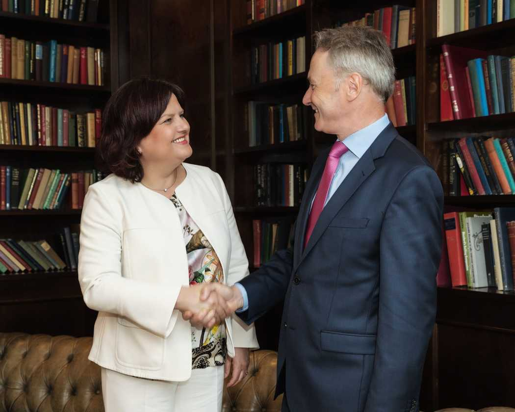 Kooperation besiegelt: Irish Welcome Tours wird weiterhin vom Managing Director John Waldron geleitet, der eng mit Karin Urban, Managing Director von Hotels and More, zusammenarbeiten wird. (Foto: Hotels and More)